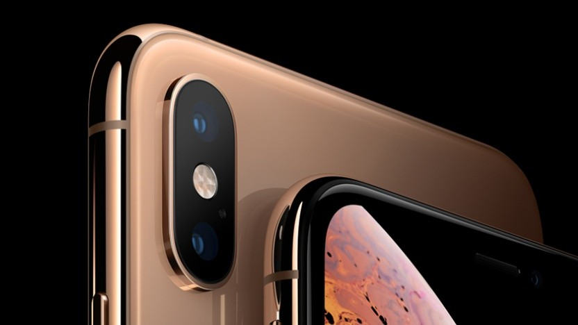 Das iPhone Xs Max (hinten) bietet ein größeres Display als die anderen Modelle.