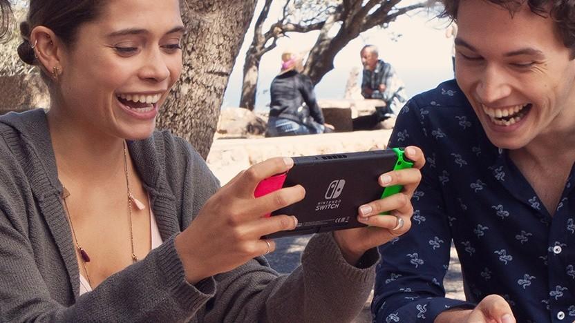 Junge Menschen mit einer Nintendo Switch statt des üblichen Smartphones