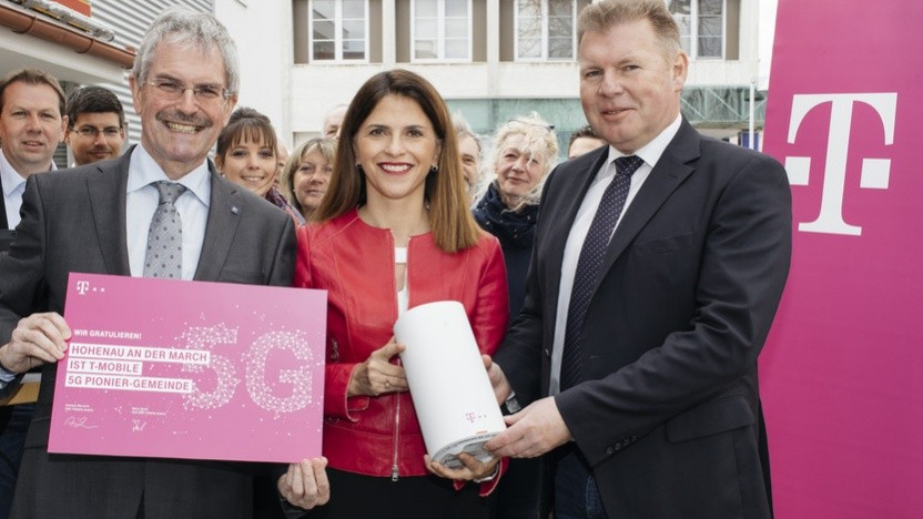 Hohenau an der March - Im Bild v.l.n.r.: Karl Wilfing (Landtagspräsident), Maria Zesch (CCO Business & Digitalization T-Mobile Austria), Wolfgang Gaida (Bürgermeister von Hohenau an der March).