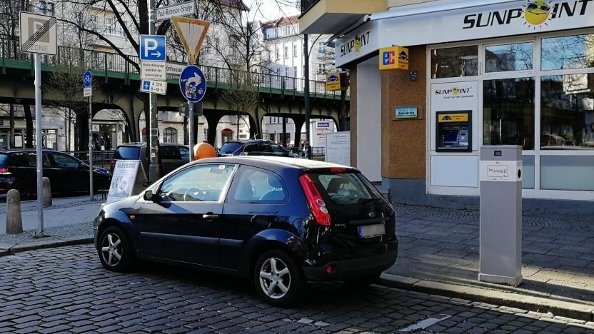 Häufiges Bild in Berlin: Ein Verbrennerauto parkt vor einer Ladesäule.