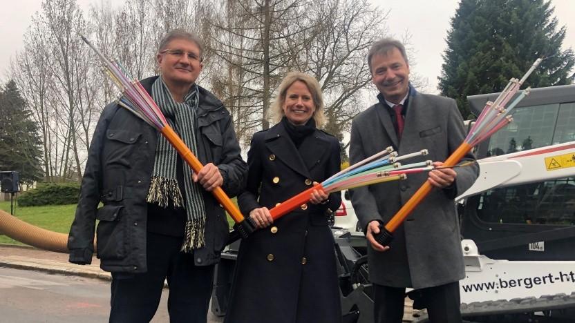 Glasfaser-Ausbau im Landkreis Nordsachsen gestartet. Thomas Popp, Dr. Vesta von Bossel und Landrat Kai Emanuel (v.l.n.r.).