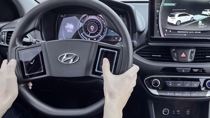 Lenkrad mit zwei Touchscreens