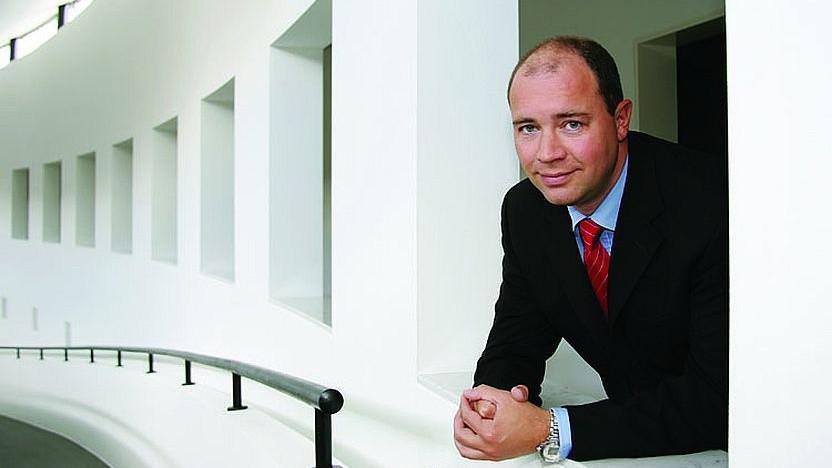 United-Internet-Chef Ralph Dommermuth blickt ins Treppenhaus.