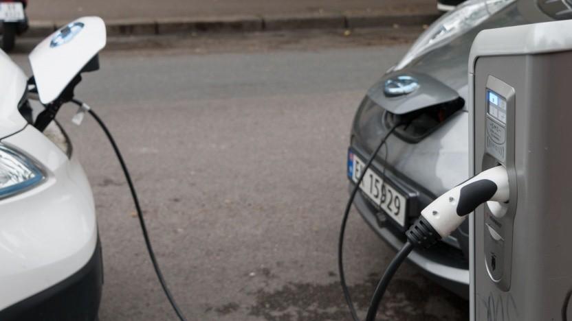 Elektroautos an der Ladesäule (Symbolbild): höhere Energiedichte, nicht brennbar, günstiger