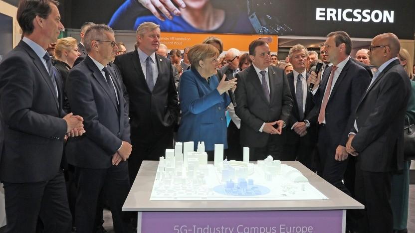 Fraunhofer und Ericsson stellen Bundeskanzlerin Angela Merkel und dem schwedischen Ministerpräsidenten Stefan Löfven ein gemeinsames Konzept für ein industrielles 5G-Forschungsnetz vor.