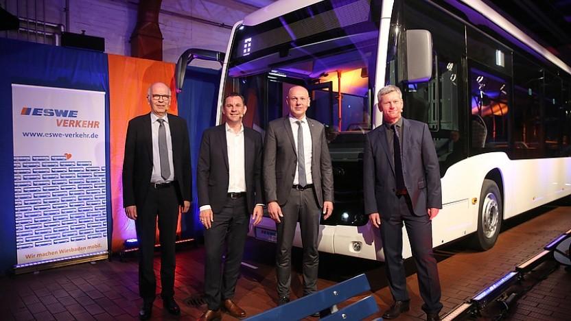 (v.l.n.r.) Ulrich Bastert, Leiter Marketing Daimler Buses - Sven Gerich, Oberbürgermeister Wiesbaden - Frank Gäfgen, Geschäftsführer ESWE Verkehr - Andreas Kowol, Verkehrsdezernent Wiesbaden