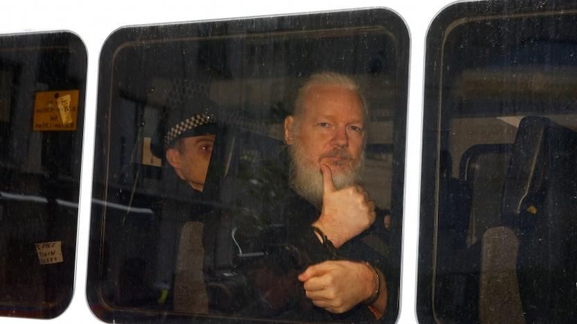 Julian Assange in einem Polizeibus nach seiner Festnahme