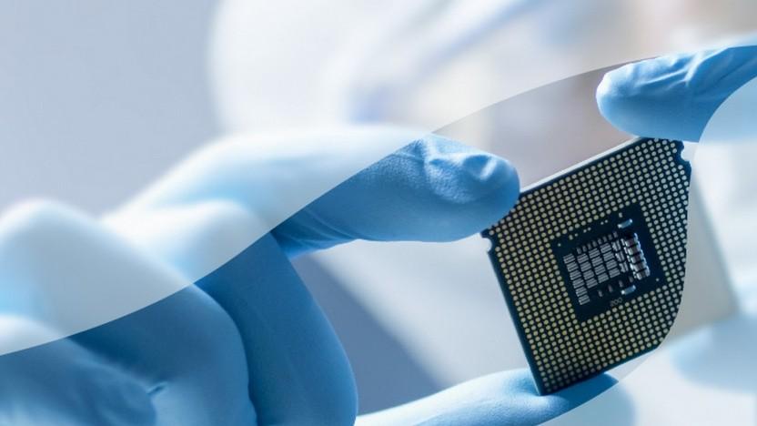 Ein Techniker hält einen Intel-Chip in der Hand.