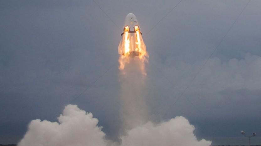 Ein Bild von einem erfolgreichen Test des Fluchtsystems des Dragon Raumschiffs