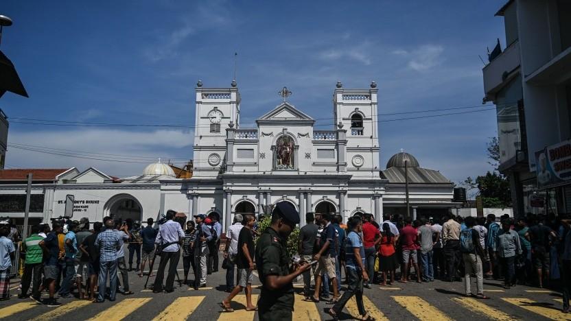 Einwohner versammeln an einem Ort der Bombenanschläge.