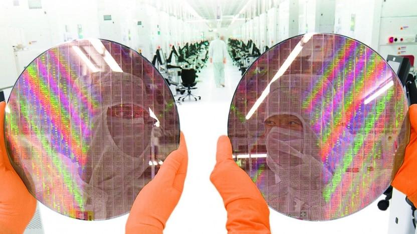 Zwei Wafer in einer Fab von GloFo