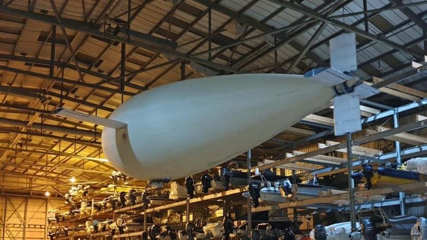 Phoenix fliegt in einer Bootshalle: Einsatz als schwebende Relaisstation.