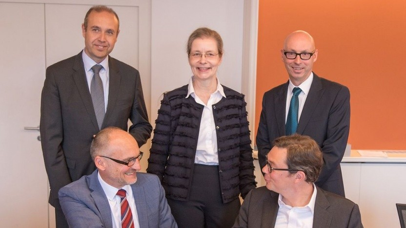 Vorne, v.l.n.r.: Ingbert Seufert, Geschäftsführer VSE NET und Dido Blankenburg, Telekom. Hinten, v.l.n.r.:, Michael Dewald, Geschäftsführer Energis, Susanne Reichrath und Hanno Dornseifer, Vorstand VSE.