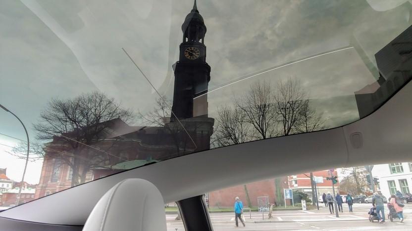 Transparentes Dach des Tesla Model 3: Lichtmenge und Lichtfarbe sind regelbar.