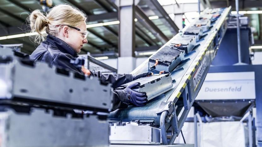 Akkumodule werden für das Recycling vorbereitet: Schredder im Container