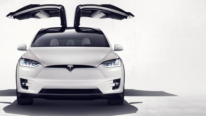 Model X mit geöffneten Türen