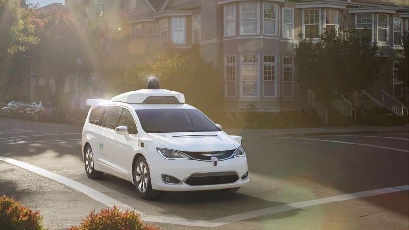 Autonom fahrender Chrysler Pacifica von Waymo: geschulter Fahrer an Bord, der eingreifen kann