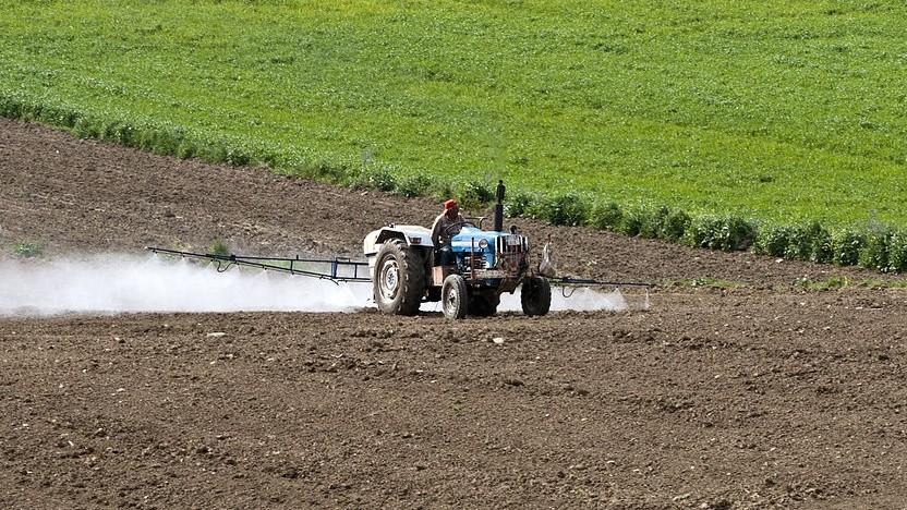 Um ein Gutachten über ein Pflanzenpestizid gibt es viel Streit. Das Bundesinstitut für Risikobewertung will dessen Veröffentlichung verhindern.