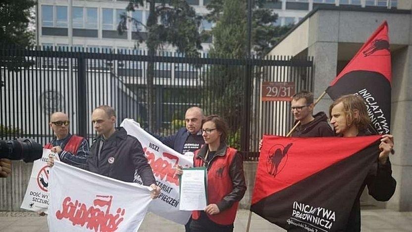 Arbeiterinitiative und Solidarnosc stellen Forderungen.