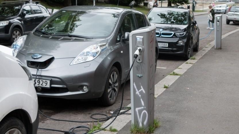 Elektroautos an einer Ladesäule
