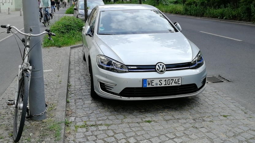 Ein elektrischer Golf von We Share in Berlin