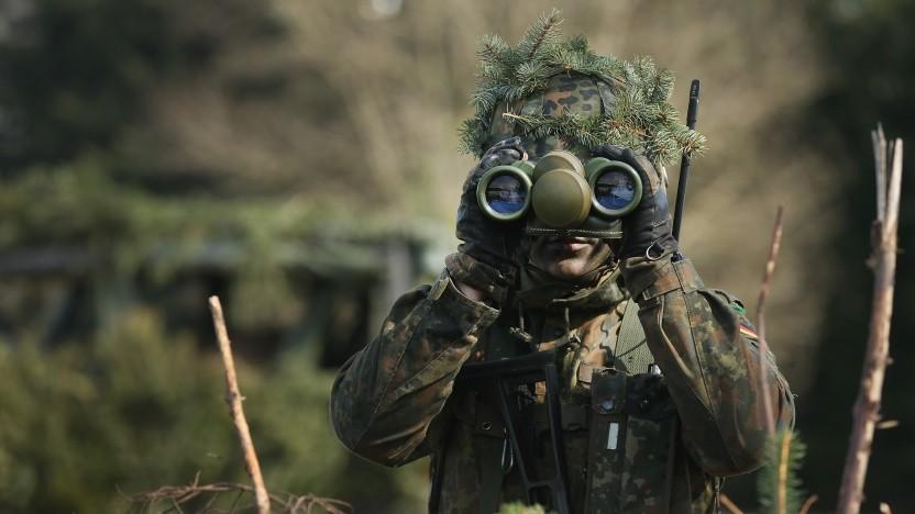 Wahrscheinlich nicht auf der Suche nach einem Internetzugang: ein Soldat der Bundeswehr