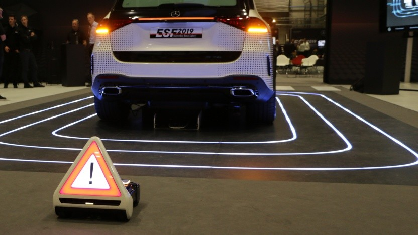 Das Warndreieck kann autonom aus einem Fach unter dem Fahrzeugheck herausfahren.