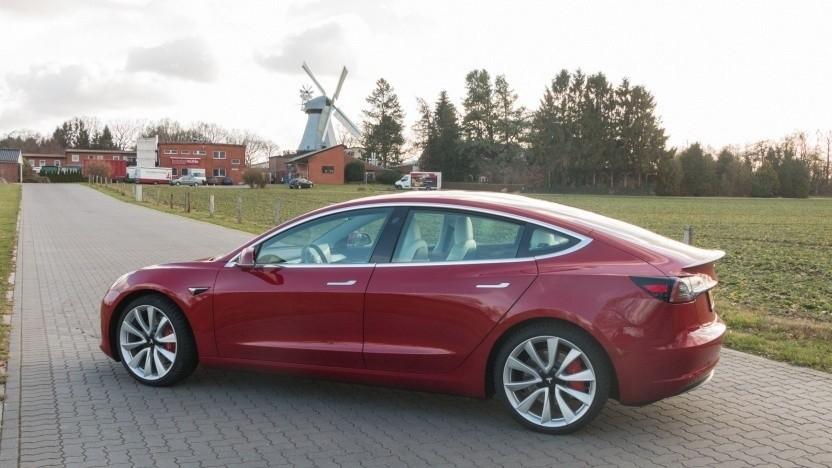 """Tesla Model 3 im Test: """"Wir brauchen auf jeden Fall Rennspiele, die das Lenkrad und die Pedale nutzen!"""""""