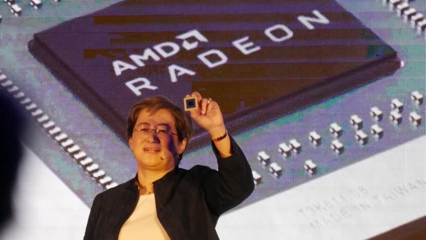 AMD-Chefin Lisa Su zeigt Navi-GPU für Radeon RX 5000.