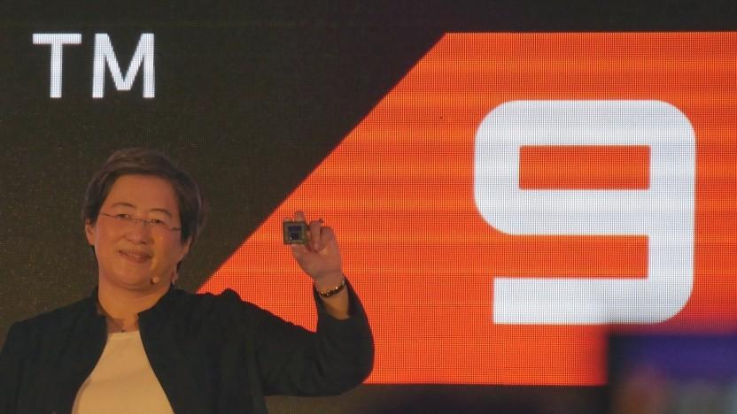 AMD-Chefin Lisa Su zeigt Matisse-CPU für Ryzen 3000.