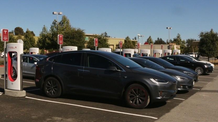 Teslas an einem Supercharger: Entgelt für Supercharger-Dauerparker