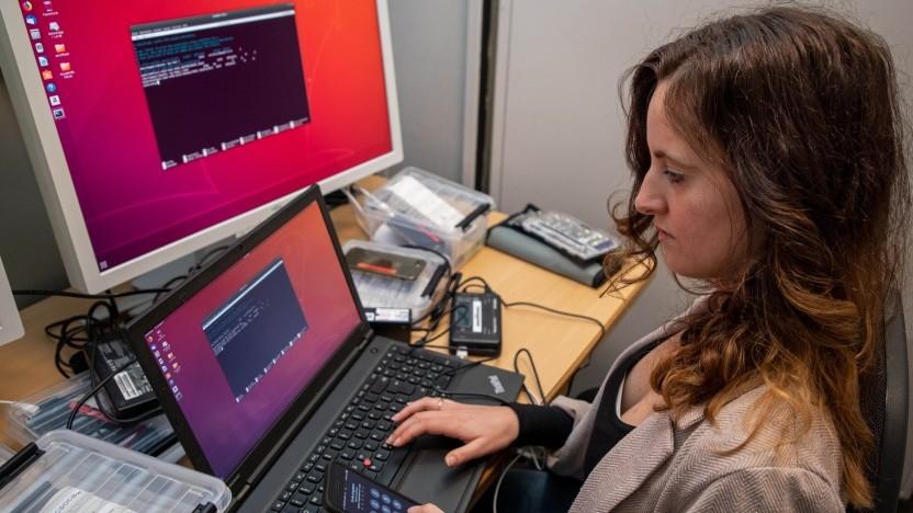 Beweise sichern in der Stahlbox: Sandra Kirsch an ihrem Arbeitsplatz