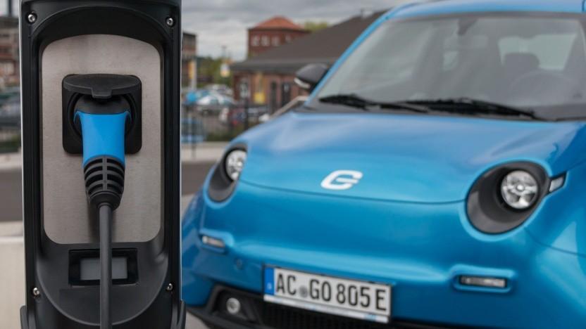 Elektroautos an einer Ladesäule (Symbolbild): Die Berührung mit dem Energiemarkt ist Neuland.
