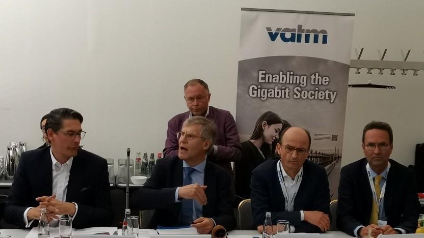(v.r.n.l,. Uwe Nickl (Chef Deutsche Glasfaser)  Martin Witt (Präsident des VATM), Christoph Clément (Vodafone), Jürgen Grützner, Geschäftsführer VATM