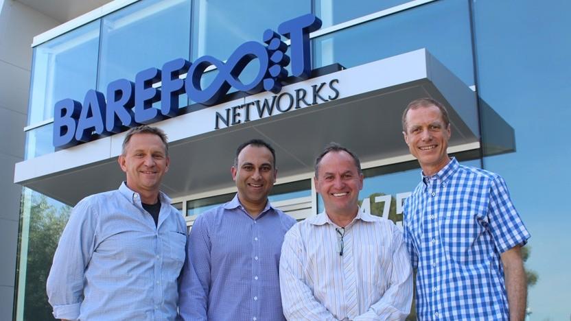 Intel-Chef Bob Swan (2. v. r.) und der CEO von Barefoot Networks, Craig Barratt (r.), vor dem Firmengebäude