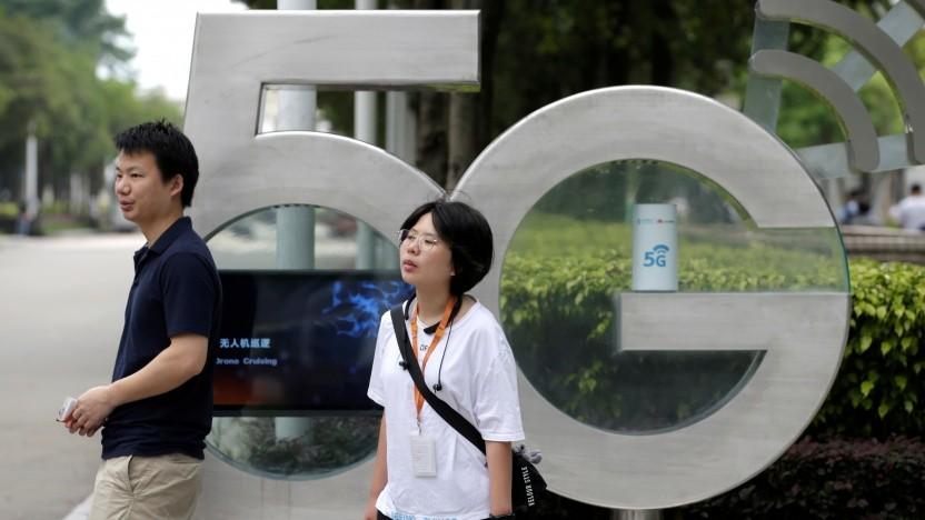 Menschen vor einem 5G-Schild im chinesischen Shenzhen
