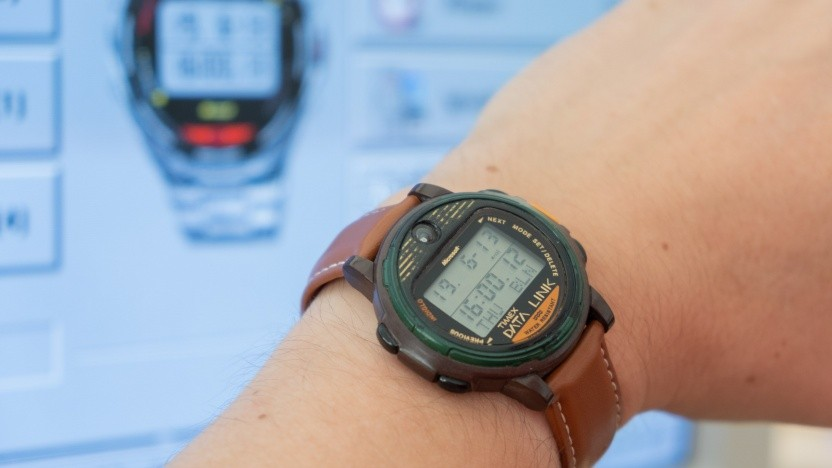 Die Timex Data Link, im Hintergrund die Übertragungssoftware
