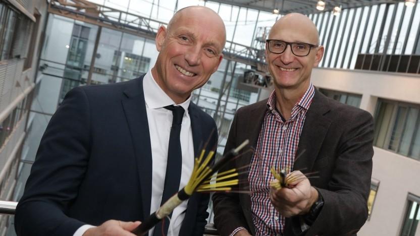 Der EWE-Vorstand Michael Heidkamp (l.) und Telekom-Chef Tim Höttges im Jahr 2017