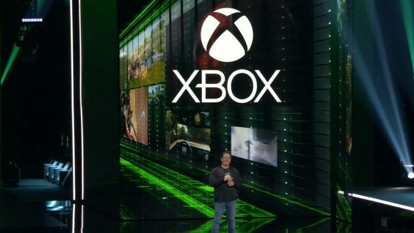 Phil Spencer zeigt eine Xbox des Project Scarlett