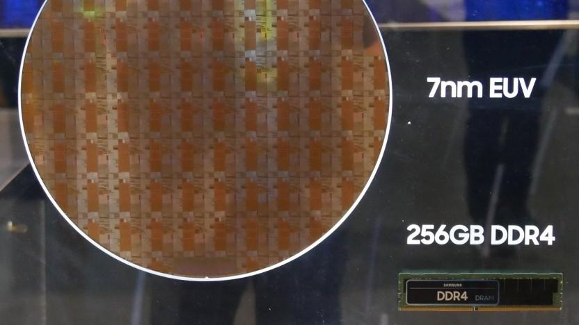 Ein Samsung-Wafer mit 7-nm-EU-Chips, rechts unten ein DDR4-Modul