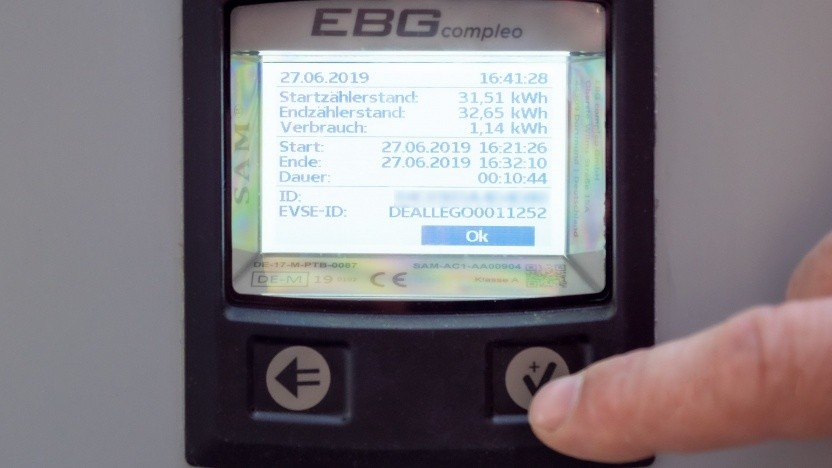 Das EBG-Anzeigemodul in einer Säule von Allego.