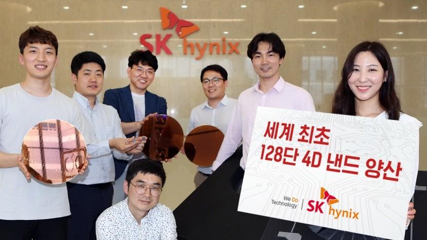 Mitarbeiter mit Wafern mit Flash-Speicher-Chips mit 128 Zellschichten