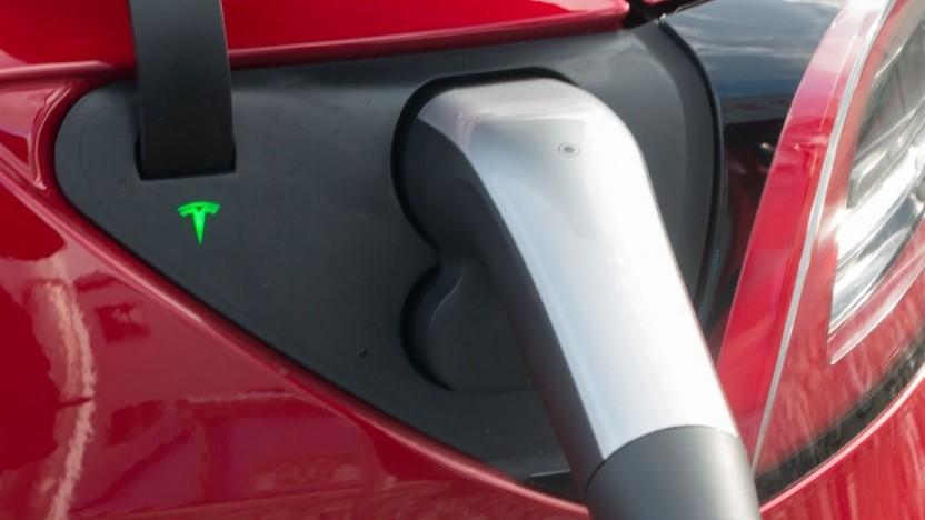 Tesla Model 3 am Supercharger (Symbolbild): Kosten und Preise senken