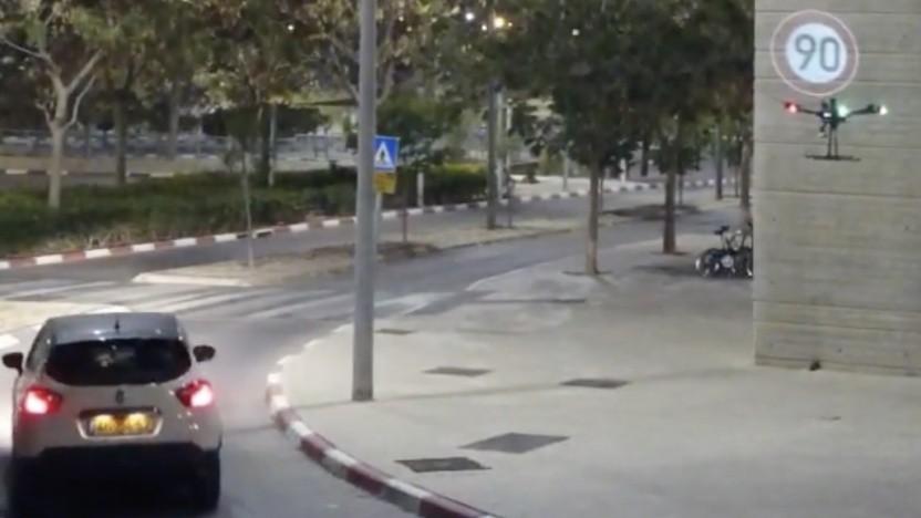 Drohne projiziert Verkehrsschild.