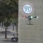 Assistenzsystem: Projektordrohne verwirrt Auto mit Straßenschild