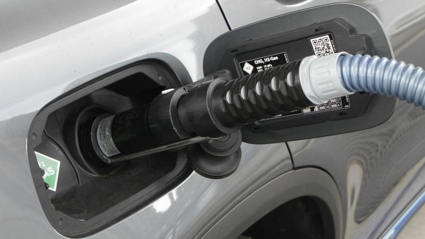 Brennstoffzellenauto an einer Wasserstofftankstelle (Symbolbild): Ältere Stationen sind nicht betroffen.