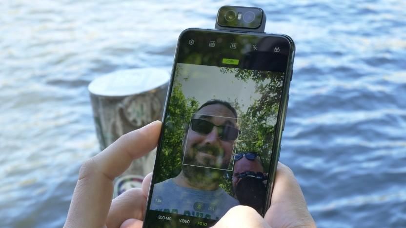Das Zenfone 6 mit ausgeklappter Kamera