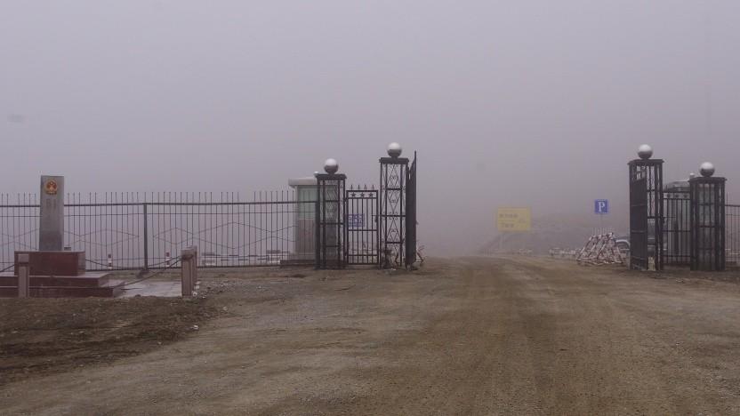 Der Grenzübergang Torugart-Pass zwischen Kirgisistan und China - hier wird laut Medienberichten Touristen eine Spionage-App aufs Telefon installiert.