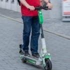Elektroroller: E-Scooter sollen in Berlin nicht mehr auf Gehwegen parken