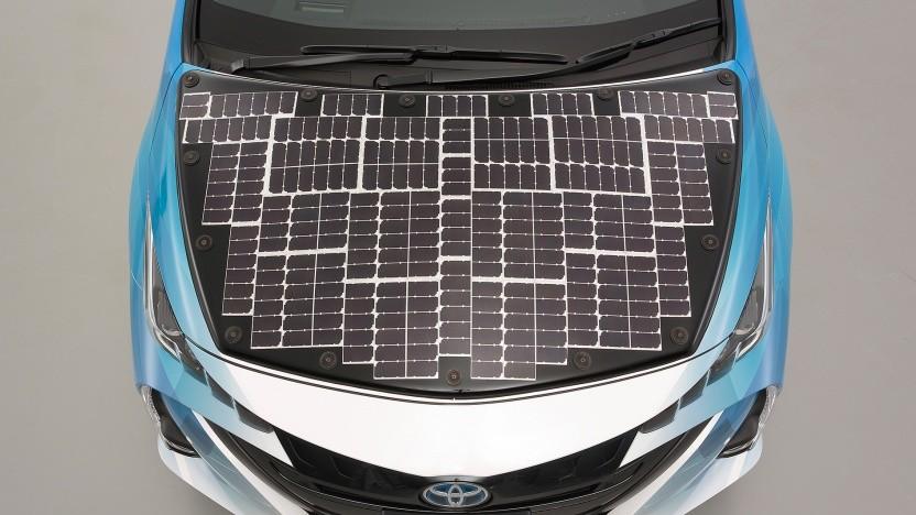 Auf der Motorhaube sind Solarzellen.